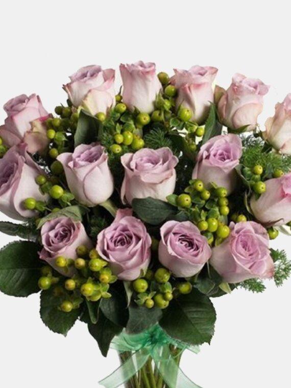Букет Романтичен сюрприз - 15 лилави рози