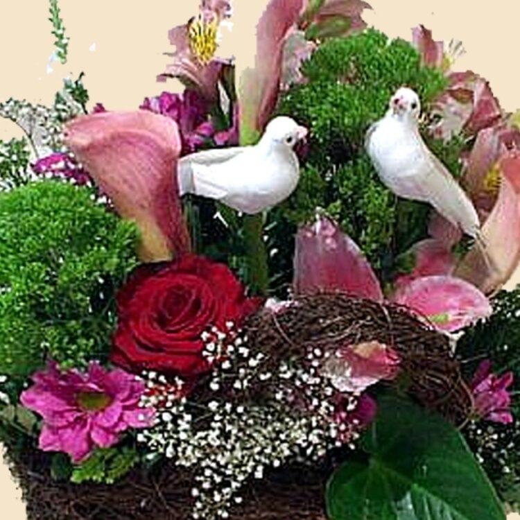 Красива кошница с рози, лилиум, кала и алстромерия в розов нюанс, декорирана с нежна зеленина и гипсофила за романтични поводи!