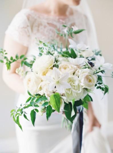 Клематис, градински рози и анемонии. Източник: Stylemepretty/Clary Pheiffer Photography