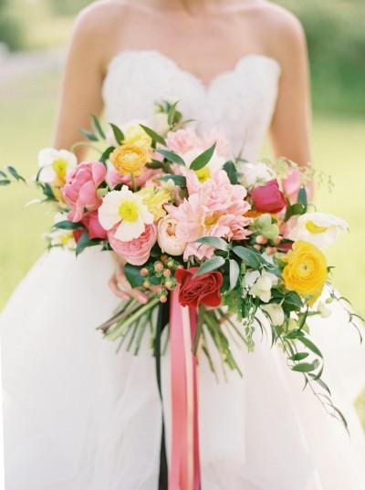 Божури, лютичета и градински рози. Източник: Stylemepretty/JRPhotography