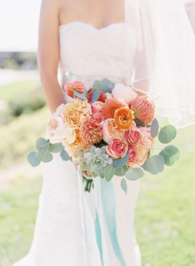Рози Жулиета, градински рози и лютичета. Източник: Stylemepretty/Caroline Tran