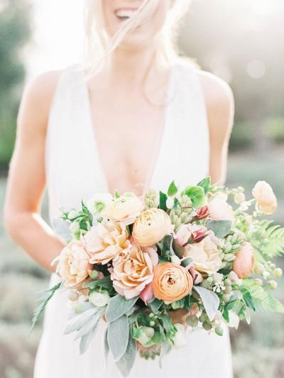 Диви рози, лютичета и туберози. Източник: Stylemepretty/Sally Pinera