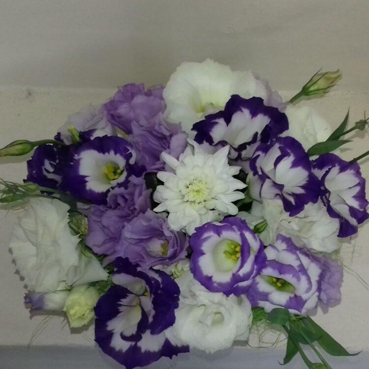 Аранжировка от нежна еустома в лилаво и бяло