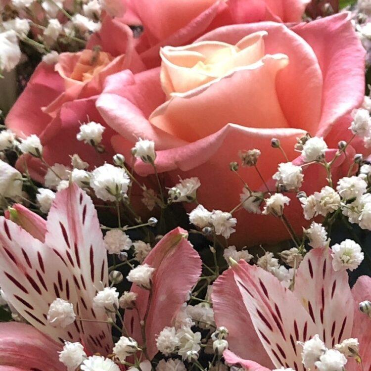 Аранажировка Розово сърце. Съдържание: 9 рози в розова гама алстромерия и гипсофила