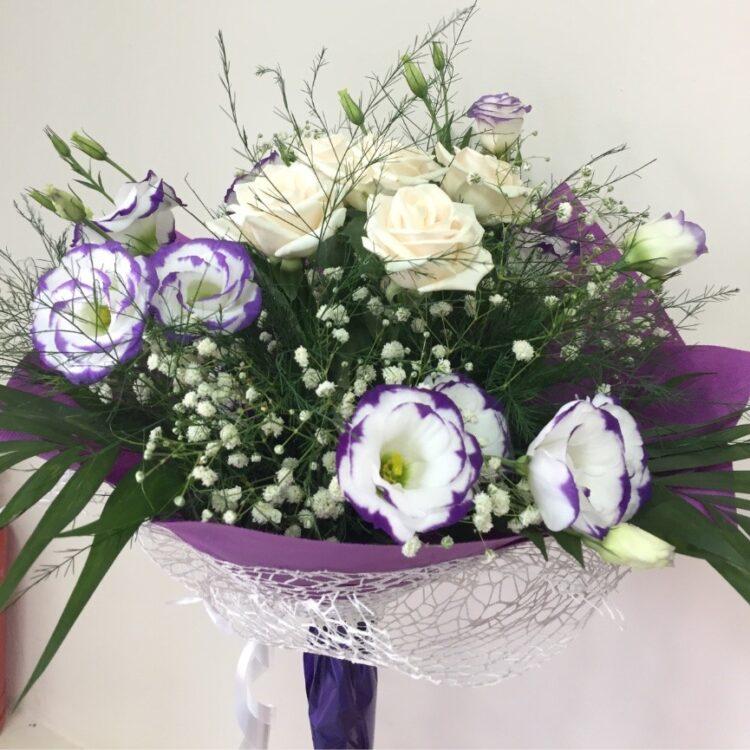Букет от бели рози и еустома, гипсофила и зеленина