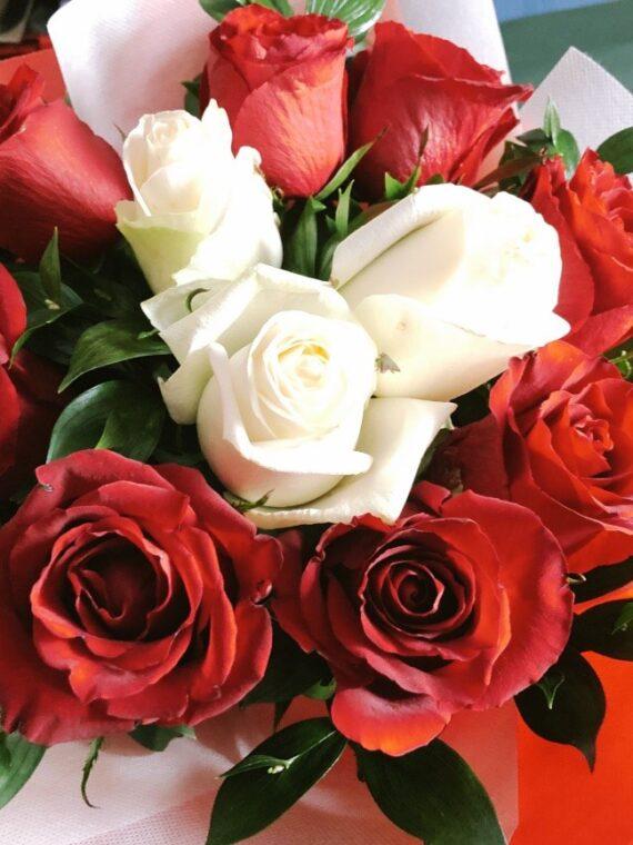 БУКЕТ МАРТА - букет с единадесет рози