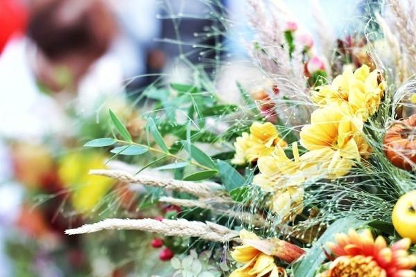 Флористите задължително трябва да използва даровете на природата в дизайна на есенния букет, а голямо преимущество за получената композиция ще бъде добавка под формата на горски билки или плодове.