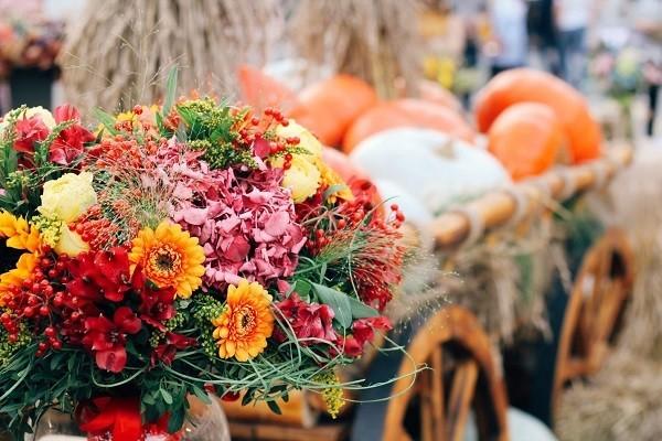 За сезонните букети е важно да изберете подходящите цветове: за есенните композиции това ще бъде жълто-червена гама.