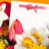 Картичката е красиво и романтично допълнение към всеки букет: и скромен, и луксозен.
